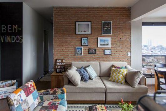 sala com parede de tijolo à vista