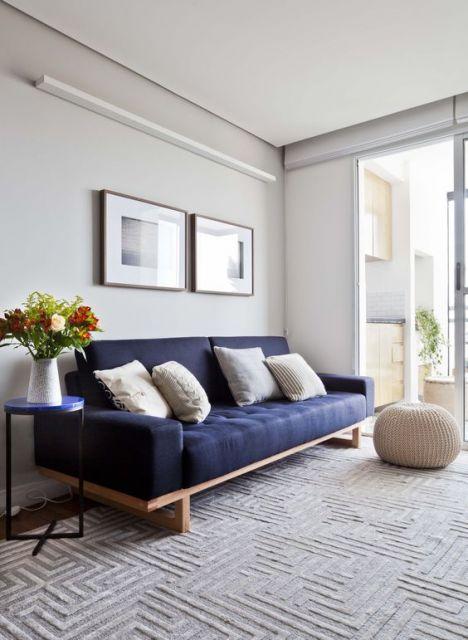 decoração sala com sofá azul