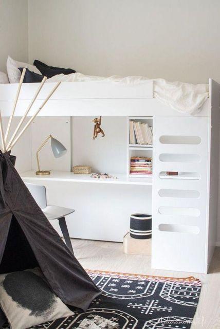 Beliche branco com escrivaninha embaixo.