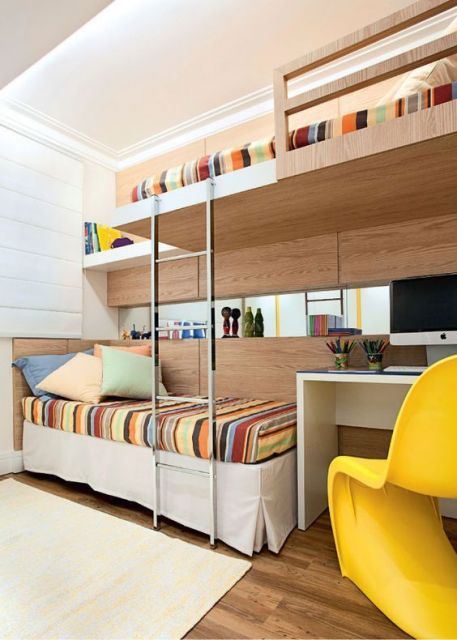 Beliche de MDF com duas camas, lençóis coloridos e mesinha branca.