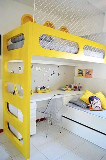 Beliche amarelo com redinha e escrivaninha branca.