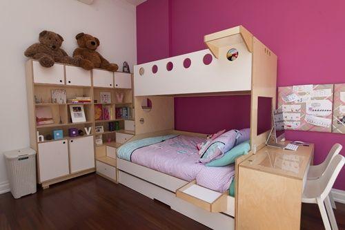 Beliche de madeira com armário e escrivaninha.