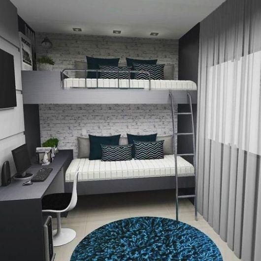 Beliche cinza com sofá embaixo e escrivaninha.