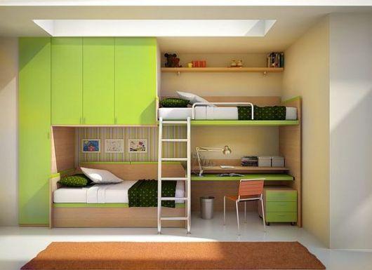 Beliche de madeira com duas camas e escrivaninha.