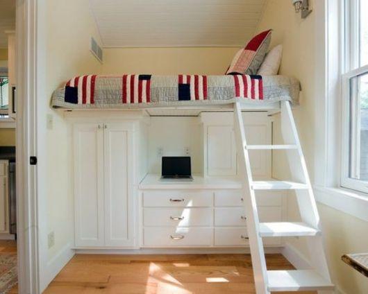 Beliche com escrivaninha, armário e gavetas.