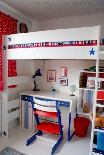 Beliche branco em quarto com parede vermelha e itens em azul.