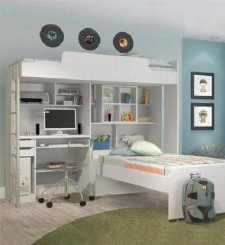 Beliche branco com duas camas, escrivaninha, prateleiras e gaveta.