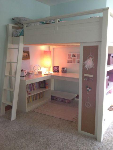 Beliche branco com escrivaninha e prateleiras embaixo.