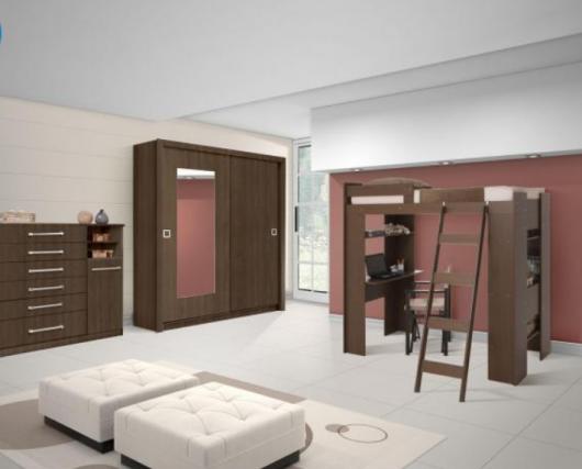 Quarto com piso branco e móveis marrons.