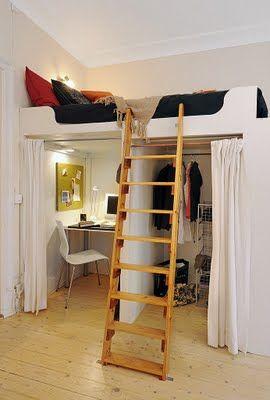 Beliche com armário e escrivaninha embaixo.