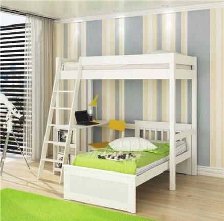 Quarto com parede listrada, tapete e lençol verdes.
