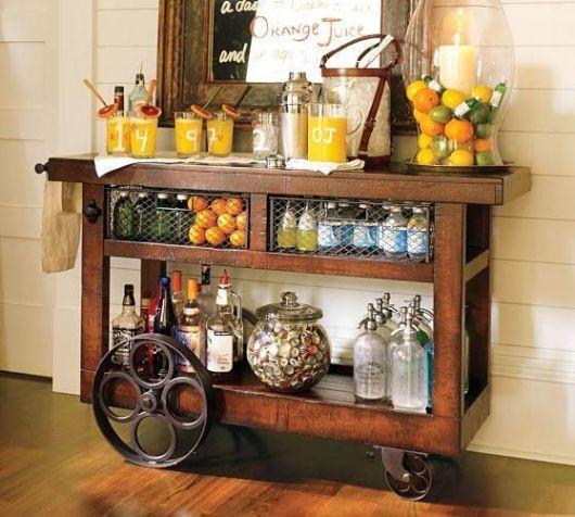 Modelo de carrinho de chá na cor marrom envernizado.