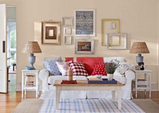Opção de sala clean com molduras de madeira, almofadas coloridas e mesinha de centro em madeira.