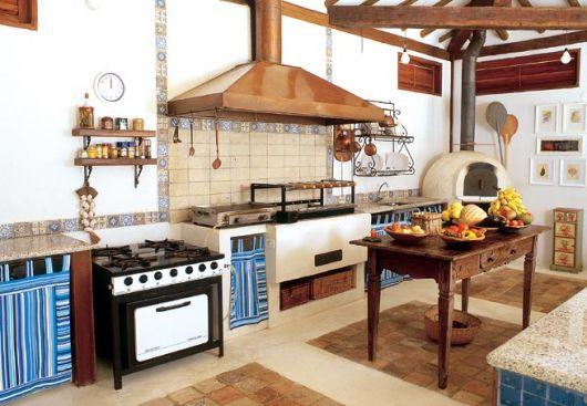 Modelo de cozinha brancarustica com marrom.
