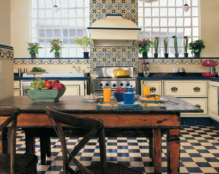Modelo de cozinha com azulejos e piso preto e branco.