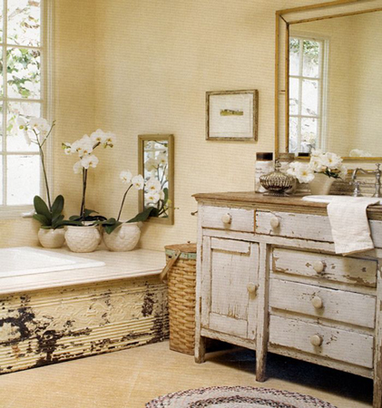 Modelo de banheiro com móveis antigos restaurados em cores clean.