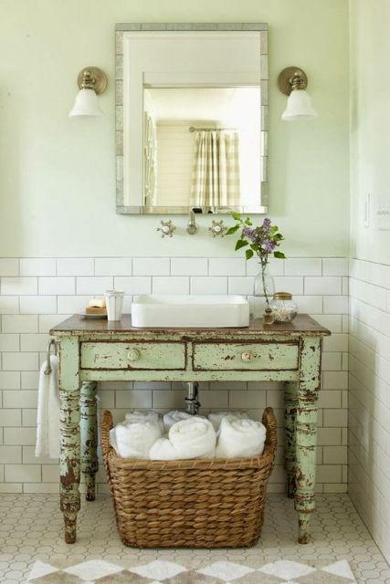 Modelo de banheiro com tijolinhos a vista e móvel desconstruído em madeira.