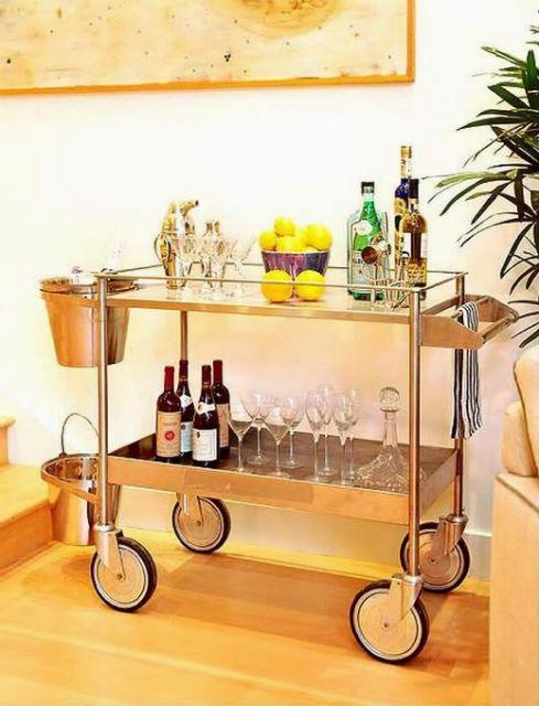 Modelo de carrinho de chá para bebidas nas cores prata.