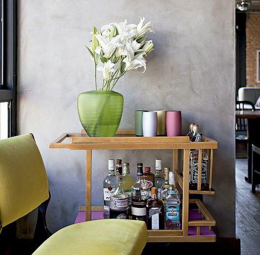 Modelo de sala com carrinho de chá de madeira.