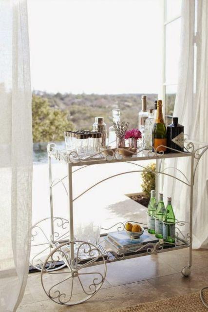 Modelo de carrinho de chá em ferro em uma varanda com vidro. transparente