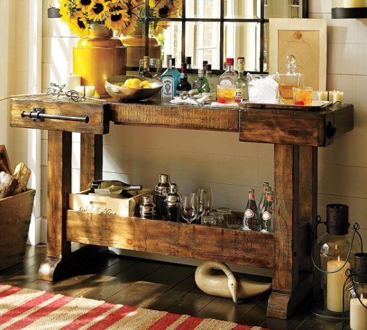 Modelo de carrinho de chá marrom de madeira com flores (girassóis) apoiados.