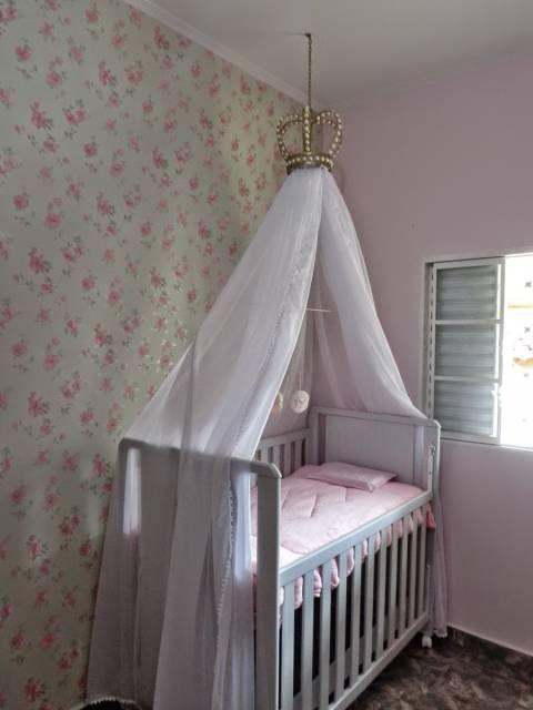 quarto de bebê simples com papel de parede