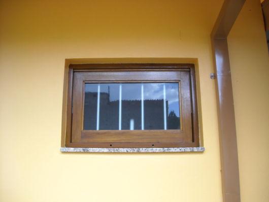 janelas para banheiro de madeira