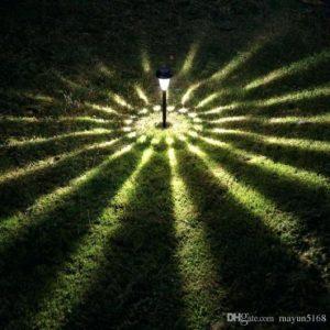 Luminária solar única instalada no centro de um jardim iluminando em 360º