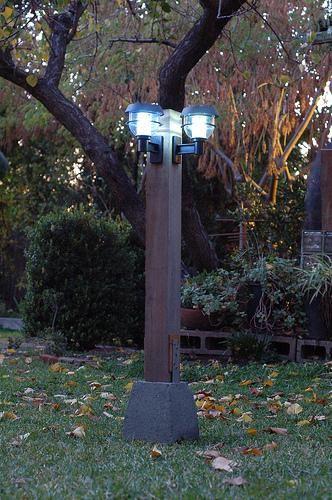 Luminárias solares instaladas em um poste no jardim.