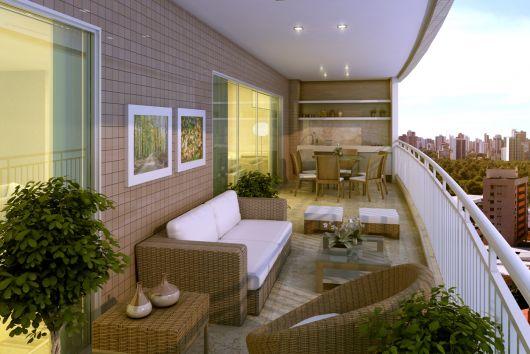 Foto de uma varanda gorumet grande em apartamento decorada com sofá, mesa de centro, pequenas poltronas e uma mesa de jantar ao fundo.