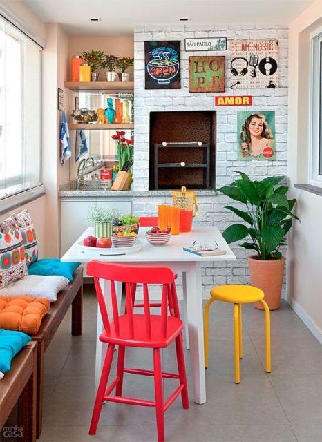 Foto de uma varanda gourmet pequena que segue uma decoração vintage com móveis coloridos e posteres na parede.