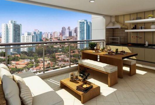 Foto de varanda gourmet espaçosa com vista da cidade durante o dia decorada com um sofá, mesa de centro, bancada e mesa de jantar.