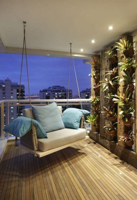 Foto de uma varanda gourmet em um apartamento alto com uma poltrona aconchegante próxima a um jardim vertical.