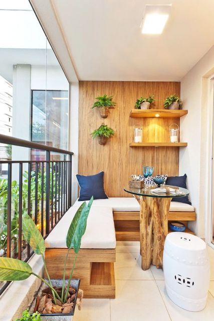 Foto de uma varanda gourmet com uma das paredes feita com madeira e a mesa central feita a partir de um tronco.