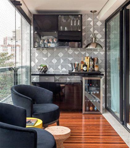 Foto de uma varanda gourmet pequena decorada com um armário de parede e duas pequenas poltronas posicionadas perto de uma mesa de centro.
