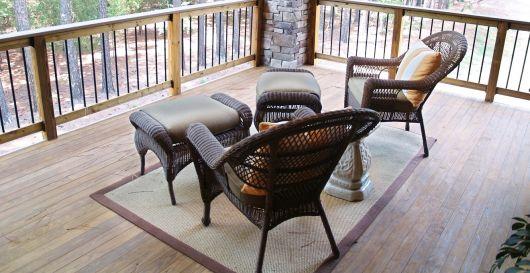 poltronas de vime na varanda com tapete