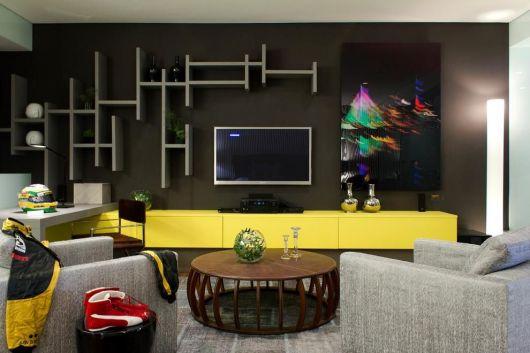 racks coloridos com nichos na parede