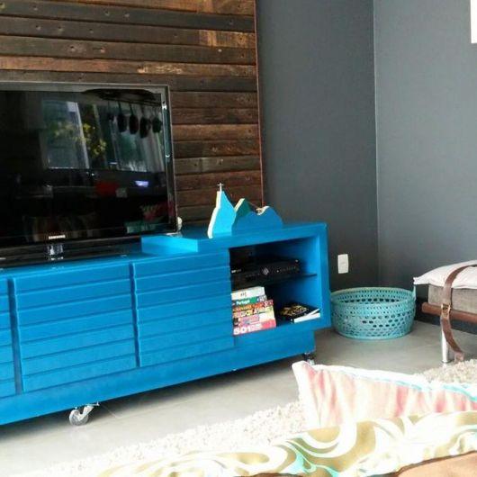 racks coloridos na sala bem simples
