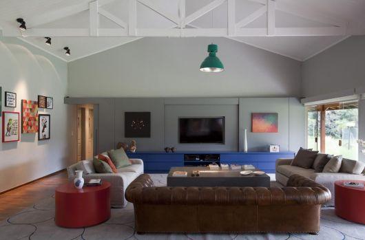 racks coloridos com sofá de couro