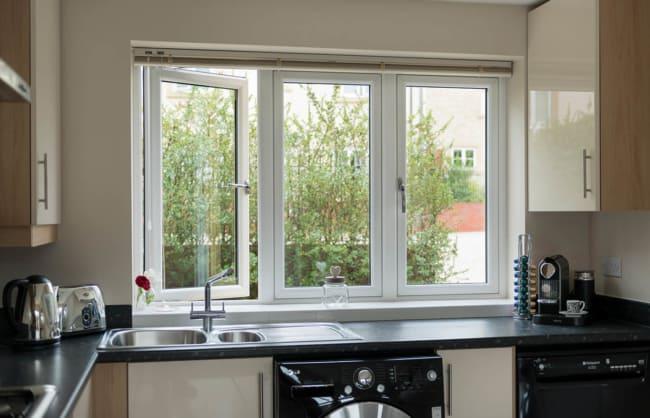 Cozinha com janela de PVC branca