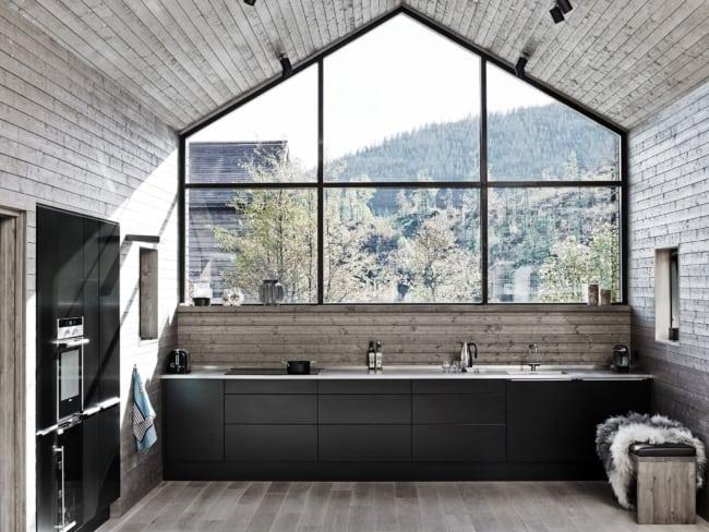 Cozinha contemporânea com painel grande de vidro