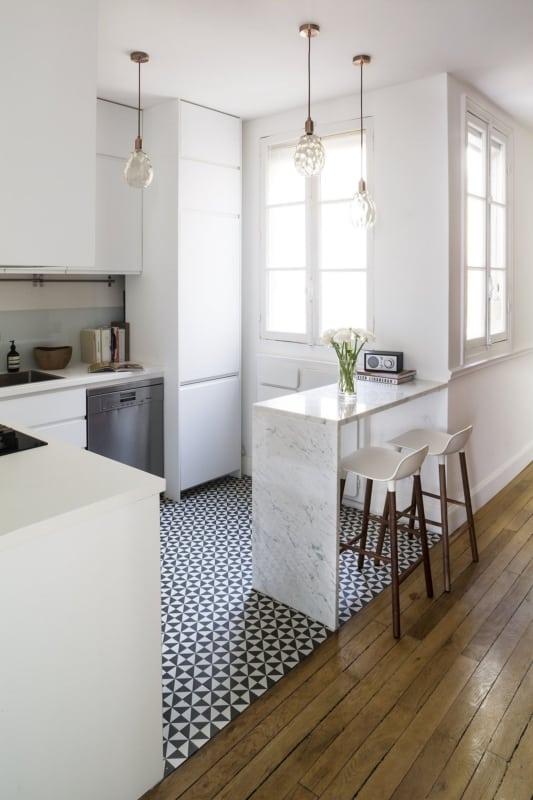 Cozinha retro com janela de madeira antiga branca