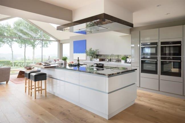Cozinhas com janelas grandes
