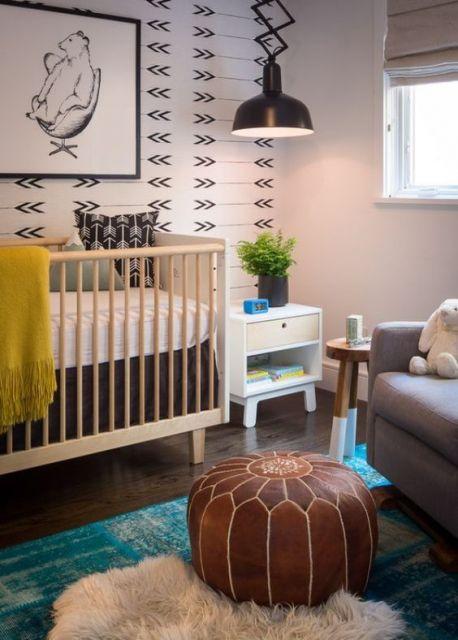 Decoração de Quarto de Bebê Masculino com berço de madeira e papel de parede de flechas.