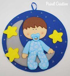Enfeite de parede de EVA com desenho de bebê, estrelas e lua.