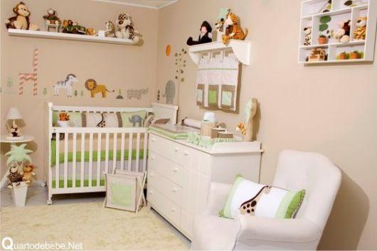 Quarto com móveis brancos e animais de pelúcia e nas paredes.