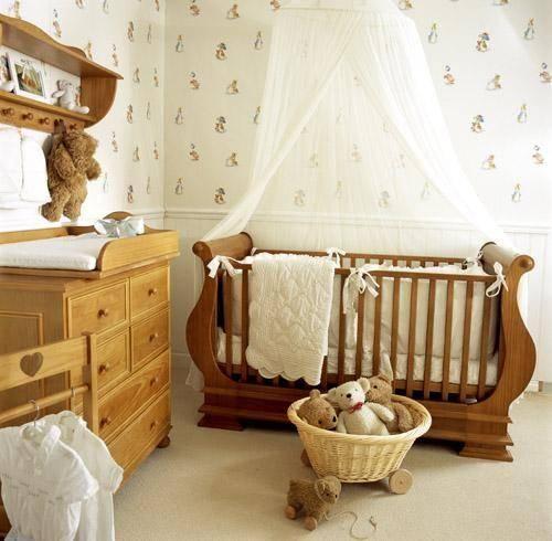 Quarto com paredes brancas com enfeites e ursinhos dentro de cesto e na parede.