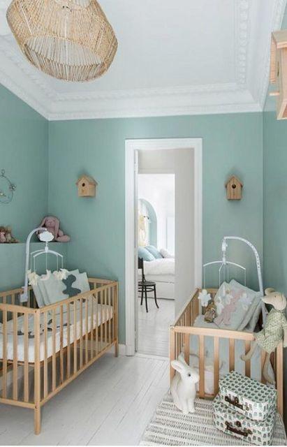 Quarto duplo com parede verde e casinhas de passarinhos.