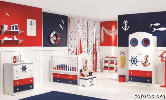 Quarto com decoração branca, vermelha e azul.