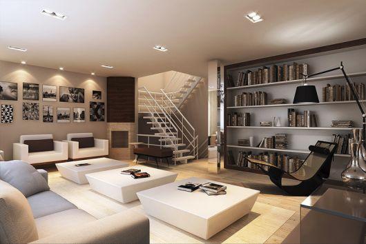 Modelo de sala clean grande com três mesinhas de centro retas baixinhas na cor branca, sofá cinza claro e amplas prateleiras.